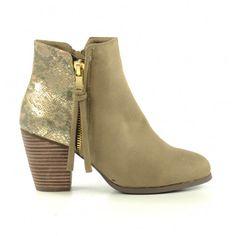 Pistol boots brun clair en su�dine avec un motif serpent brillant sur le talon. Ces bottines basses ont une fermeture �clair dor�e sur le c�t� et une fermeture �clair beige fonctionnelle de l�autre c�t�. Elles sont doubl�es de tissu et ont une semelle int