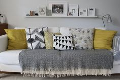 jeté-de-canapé-pas-cher-protege-canape-avec-un-plaid-pour-canapé-canape-de-salon-coussins-colores. Living Room Grey, Home Living Room, Living Room Furniture, Living Room Decor, Living Spaces, White Furniture, Small Living, Living Room Yellow Accents, Flip Furniture