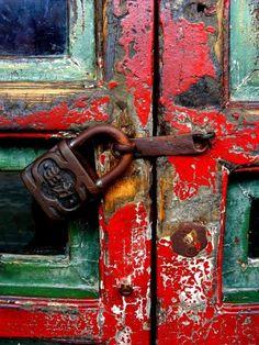 Texture Pattern and Color Inspo today in Beautiful Decay Cool Doors, Unique Doors, Peking, Door Knobs And Knockers, Summer Palace, Peeling Paint, Paint Stain, Rusty Metal, Door Locks