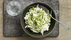 Edamamebønner med spidskål og dild er en lækker fedtfattig opskrift fra Bitz' Store Kur, se flere salat på mad.tv2.dk