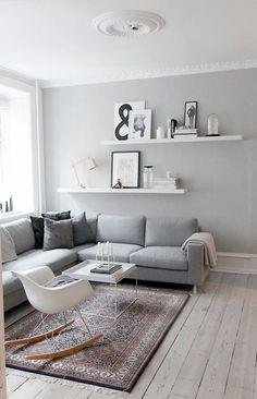 Muuto design   Jiménez De Nalda / Salón con paredes grises y cuadros en estanterías
