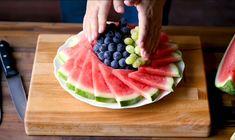 Easy Food Art, Amazing Food Art, Fruit Platter Designs, Fruit Presentation, Fruits Decoration, Luau Food, Food Bouquet, Veggie Snacks, Rainbow Food