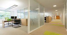 Área de circulação e escritório individual nas instalações da Merisant em Paris, França