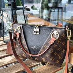Choosing The Perfect Handbag That's Suitable For All Season - Best Fashion Tips Vuitton Bag, Louis Vuitton Handbags, Louis Vuitton Speedy Bag, Lv Handbags, Luxury Handbags, Cute Purses, Purses And Bags, Lv Bags, Latest Bags