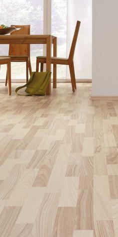 """Dieser Laminatboden in """"Esche Scandic SB"""" ist der Lieblingsbodenbelag für den jungen, frischen, nordischen Wohnstil. Die 3-Stab-Schiffsboden-Optik und die matte Oberfläche bringen die Esche-Nachbildung vorteilhaft zur Geltung. Die lebhafte Maserung harmoniert mit vielen Möbelhölzern und erzielt auch in kleinen Räumen eine tolle Wirkung."""