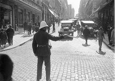 Polícia sinaleiro, na Rua Garrett, Maio de 1928, foto de Ferreira da Cunha, in a,f. C.M.L.  http://www.paixaoporlisboa.pt/e-proibido-andar-parado-97930