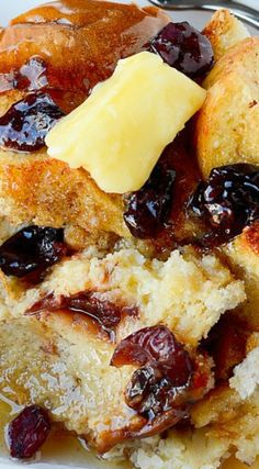 Eggnog and Cranberry Crock Pot French Toast Recipe! The perfect slow cooker recipe for the weekend or any day. Let the crock pot do the work and you get to relax! Breakfast Buffet, Morning Breakfast, Sunday Morning, Best Breakfast Recipes, Brunch Recipes, Sweet Recipes, Crockpot French Toast, Eggnog French Toast, Pancakes And Waffles