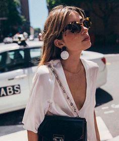 Brinco statement e óculos vintage deixam qualquer look mais cool