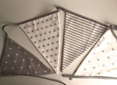 Un paso a paso genial para hacer banderines de tela... Una forma genial de decorar.