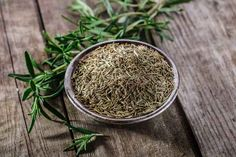 14 Rosemary Essential Oil Uses and Benefits (Plus 4 wellness recipes and general FAQ) Essential Oils For Gout, Essential Oils For Fibromyalgia, Essential Oil Uses, How To Dry Rosemary, How To Dry Basil, Fadiga Adrenal, Grande Fatigue, Oil For Hair Loss, Essential Oil Blends