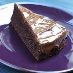 Zum Dahinschmelzen, dieser Schokoladentraum mit getrockneten Datteln. Der Schokoladenkuchen wird durch Crème doublebesonderssaftig und das Topping mit geschmolzenerSchokolade schmeckteinfach superlecker! Sweet Life, Caramel, Sweets, Cream, Attention, Table, Muffins, Fat, Zucchini