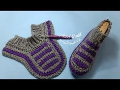 Learn how to make this beautiful crochet slipper socks! These elegant slipper socks are traditionally heavily embroidered in many colourful decorations. nike schuhe häkeln anleitung Crochet Slipper Socks You Can Make Easily Crochet Shoes, Crochet Baby Booties, Cute Crochet, Crochet Yarn, Beautiful Crochet, How To Crochet Slippers, Easy Crochet Socks, Felted Slippers, Crochet Butterfly Pattern