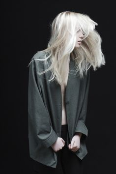 love the texture in the hair. The platinum blonde of her hair is contrasted by the deep blue green of her shirt. Coiffure Hair, Mode Lookbook, Vogue, Ex Machina, Platinum Blonde, Looks Cool, White Hair, Editorial Fashion, Hair Inspiration