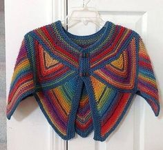 A step by step pictorial for this pretty crochet capeline! Cool - I would choose brighter colours! Crochet Shawls And Wraps, Knitted Shawls, Crochet Scarves, Crochet Clothes, Crochet Sweaters, Col Crochet, Crochet Jacket, Crochet Stitches, Crochet Vests