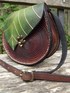 Sac à main esprit de la forêt en cuir version Shared by Where YoUth Rise Leather Art, Leather Tooling, Leather Purses, Leather Handbags, Leather Pouch, Sac Michael Kors, Diy Sac, Leather Bags Handmade, Leather Projects