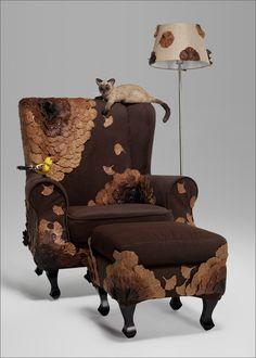 这把也是给你的椅子叫「秋叶」,是一个叫伍珊珊学生设计而成的,在欧式优雅的沙发上点缀了一团一团的落叶,小鸟也停在扶手上。小癖读书少不要骗我,上边趴着的那是什么生物?