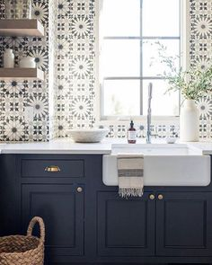 Best Beautiful Blue and White Kitchens to Love! Stunning blue and white graphic tiles on sink wall of a kitchen with navy blue cabinets and farm sink.Stunning blue and white graphic tiles on sink wall of a kitchen with navy blue cabinets and farm sink. New Kitchen, Kitchen Decor, Kitchen White, Blue Kitchen Ideas, Condo Kitchen, Kitchen Trends, Apartment Kitchen, Vintage Kitchen, Farm Sink Kitchen