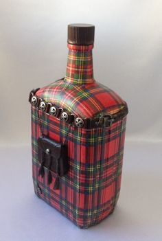 "Декупаж - Сайт любителей декупажа - DCPG.RU | ""Декупаж на ткани и холсте"" №18: Декоративная бутылка ""Шотландец"". Click on photo to see more! Нажмите на фото чтобы увидеть больше! decoupage art craft handmade home decor DIY do it yourself fabric napkin print varnish acrylic paints"