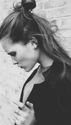 Messy buns is the trend for all the ladies en women, it is casual but also fancy, an up do for everyone en every day. #hairinspiration