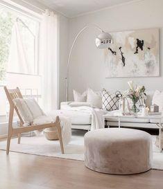 Vaalea yleisilme korostaa upeasti tilojen valoisuutta sekä tyylikkäitä huonekaluja ja yksityiskohtia sisustuksessa. Koti