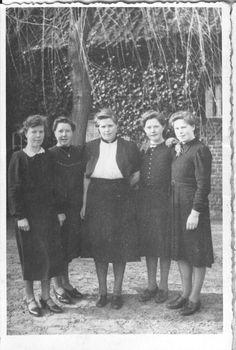 Gezusters Wijnen van Sengersbroek v.l.n.r. Marie, Nel, Bertha, Tonia en Anna. tussen 1940-1945.