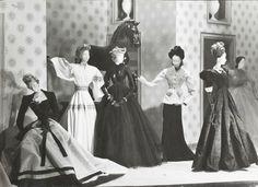 1945- Artisti e Couturier francesi realizzano il Thèatre de la Mod, una mostra itinerante, per dare un nuovo impulso alla moda dopo la guerra.