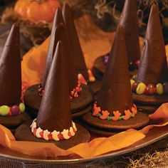 Wizard Hats: Melt chocolate and dip sugar cones into the chocolate and place directly onto chocolate-covered marshmallow moon pies. Then pipe icing around the connection and apply sprinkles! Halloween Party Treats, Halloween Goodies, Easy Halloween, Holiday Treats, Holiday Recipes, Halloween Favors, Halloween Decorations, Delish, Sweet Tooth