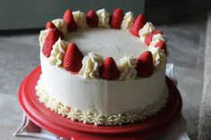 """Must see examples of """"how to decorate the cake with strawberries"""". Don't start decorating your cake before seeing this. Sweetie Birthday Cake, Strawberry Cakes, I Want To Eat, Healthy Recipes, Healthy Food, Cake Decorating, Deserts, Snacks, Baking"""