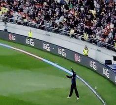 Daniel Vettori leaps and takes a great catch