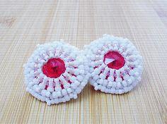 Červený Rivoli Swarovski obšívaný bielymi korálkami.