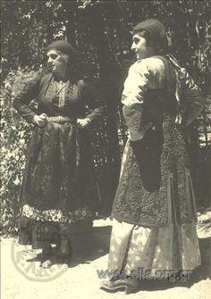 Εορτασμοί της 4ης Αυγούστου: γυναίκες με παραδοσιακή ενδυμασία από το Μέτσοβο, 1937. Nelly's (Σεραϊδάρη Έλλη)