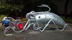 UM BICICLETÁRIO PARA CELEBRAR O MEIO AMBIENTE – Uma lula gigante serve de bicicletário em Seattle, cidade portuária norte-americana e porta de entrada para os santuários marítimos do Golfo do…