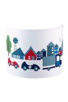 En fin vägglampa i serien Turbo från Kids Concept.<br>Lampa med lekfulla motiv på fina bilar. Blir en rolig detalj till barnrummet med ett fint ljussken.<br>Ljuskälla köpes separat.<br><br>Mått: 22x11x18 cm<br>Material: textil/metall<br>