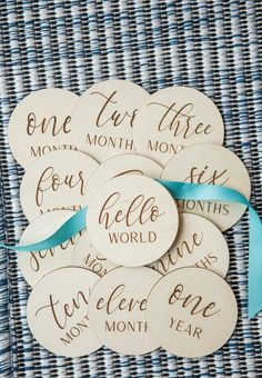 Wooden Monthly Milestone for Baby Photos Custom Baby Gifts, New Baby Gifts, Handmade Baby Gifts, Handmade Signs, Cricut Baby Shower, Baby Milestone Cards, Baby Growth, Monthly Photos, Best Baby Shower Gifts