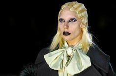 Close de Gaga da passarela