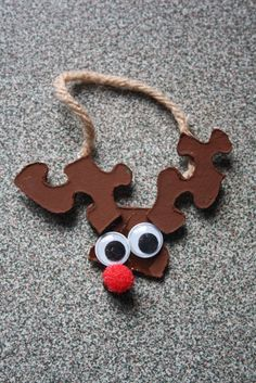 holiday crafts Puzzle Piece Reindeer- Glue three puzzle pieces together (you may want to prep this ahead of time with a glue gun). Have children paint pieces brown. Attach googly eyes and a red pompom nose. Kids Crafts, Easy Christmas Crafts For Toddlers, Preschool Christmas, Christmas Activities, Toddler Crafts, Christmas Projects, Simple Christmas, Christmas Holidays, Christmas Decorations