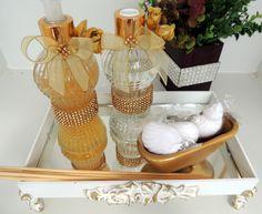 Kit para Banheiro/ Lavabo contendo:   bandeja mdf 26 X 16 cm branca, detalhe em rosas de resina e fundo de espelho, com pés.  Acompanha 2 vidros 220 ml com aromatizante e sabonete glitter dourado, tampa e válvula douradas, enfeite em rosas, laços de fita, strass.  Banheirinha de louça dourada com...