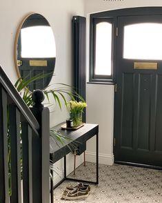 Elegant monochrome entrance hall with gold details and dark woodwork Entrance Hall Decor, Entryway Decor, Entrance Halls, 1930s House Renovation, Victorian Hallway, Hallway Inspiration, Hallway Designs, Black Lamps, Hallway Decorating