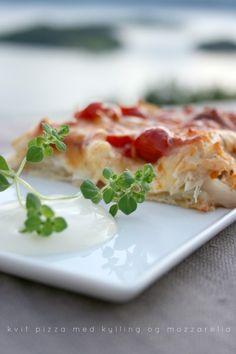 Hjemmelaga pizza med mozarella og kylling