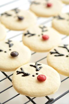 These reindeer sugar cookies are really easy to make and they look ADORABLE!