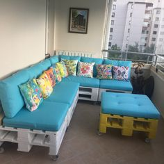 Palet koltuk - Int Tutorial and Ideas Pallet Garden Furniture, Balcony Furniture, Diy Furniture, Furniture Storage, Pallet Seating, Pallet Sofa, Wood Pallets, Diy Home Decor, Modern Pergola