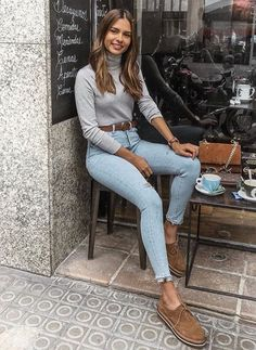 Básica e cool no inverno: 10 visuais para você testar. Blusa cinza, cinto marr… Basic and cool in winter: 10 looks to try. Mode Outfits, Trendy Outfits, Fashion Outfits, Womens Fashion, Jeans Fashion, Classy School Outfits, Latest Fashion, Fashion Trends, Fall Winter Outfits