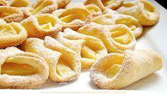 Chrupiące, maślano-serowe rożki z jabłkami. W smaku podobne do ciasteczek francuskich. Tylko trzy składniki i jabłka. Ciast...