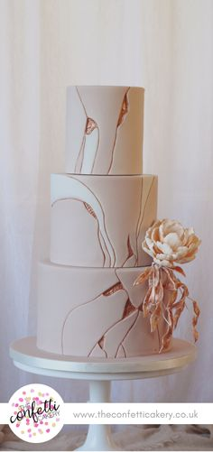 Modern wedding cake inspired by the art of Kintsugi. Image & Cake: The Confetti Cakery.