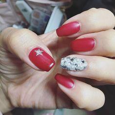おにゅーのネイルはクリスマス、年末年始をまたぐので赤にしてみました〜!! 反対の手はピンクオレンジになってます( ∩ˇωˇ∩) 1つだけ埋め尽くしにしてクリスマスのキラキラ感をイメージ❤️ 爪の形もバレリーナにしたいのでもう少し伸ばすぞーー!! #ジェルネイル #にゅーねいる #newnail #埋め尽くしネイル #赤ネイル #ピンクオレンジ #rednails #マットネイル #クリスマスカラー #クリスマスネイル #セルフジェルネイル #セルフネイル #バレリーナネイル #の途中