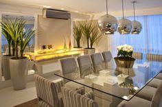 Salas de jantar brancas e off whites - veja modelos lindos e dicas de como decorar! Luxury Dining Room, Dining Room Design, Dining Rooms, Dinner Room, Glass Dining Table, Glass Tables, Dining Tables, Console Table, Interior Decorating