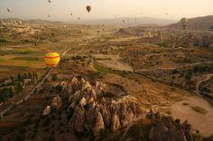 Sorvolare i pittoreschi camini nella roccia della Cappadocia, volare con il vento sui templi nascosti e le case della Cappadocia, ammirare il paesaggio straordinario delle rocce vulcaniche di Goreme... www.tripaz.net/turchia