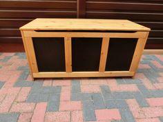 Die Kiste habe ich verschenkt. Gebaut habe ich diese Auflagenbox aus Lärchenholz. In Verbindung mit der Xyladecor-Dickschicht-Lasur hält die Kiste über Jahre draußen. Als Vorlage hatte ich noch eine alte Kiste aus Teakholz. Auflagenkiste selber bauen Heute würde ich diese Kiste nicht mehr so bauen. Hierbei habe ich K(C)onfirmatschrauben verwendet. Habe ich einfach... #auflagenbox #festo #festool