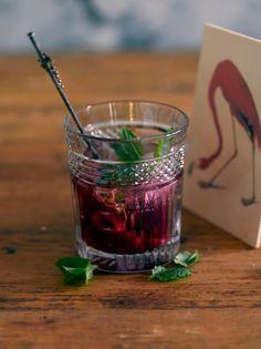 Pue perinteinen Gin&Tonic (tuttavallisesti GT) kesäasuun maustamalla gini vadelmilla, limetillä ja tilkalla aromaattista ruusuvettä. Vadelmainen gin tonic on kesän helpoin, ihanin ja raikkain drinkki!