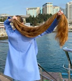 VIDEO - If you saw this, you wouldn't believe your eye - RealRapunzels Long Hair Ponytail, Bun Hairstyles For Long Hair, Long Hair Play, Very Long Hair, Playing With Hair, Beautiful Long Hair, Layered Cuts, Shiny Hair, Female Images